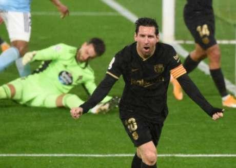 Messi saiu comemorando, mas arbitragem marcou gol contra de Olaza (Foto: MIGUEL RIOPA / AFP)