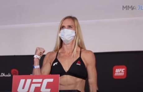 Holm, ex-campeã, entra em ação neste sábado (3) e venceu a balança (Foto: Reprodução/YouTube/MMA Junkie)