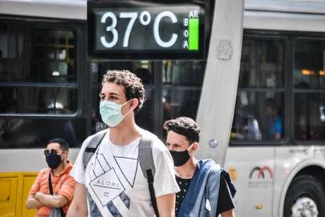 Termômetro de rua marca 37ºC na avenida Paulista, em São Paulo, em 1 de outubro de 2020. Com temperatura máxima de 37,1 ºC registrada na estação do Mirante de Santana, na zona norte, nesta tarde, a capital paulista manteve registro de dia mais quente do ano, mesma temperatura registrada no dia anterior. O patamar permanece como segundo maior marca da história, desde o início das medições oficiais feitas pelo Instituto Nacional de Meteorologia (Inmet), em 1943. O recorde de calor na cidade continua sendo os 37,8 ºC registrados em 17 de outubro de 2014.