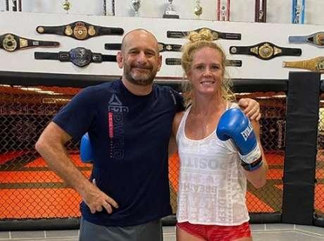 Holm, ao lado do treinador Greg Jackson, no camp para luta contra Aldana (Foto: Reprodução/Instagram/@hollyholm)