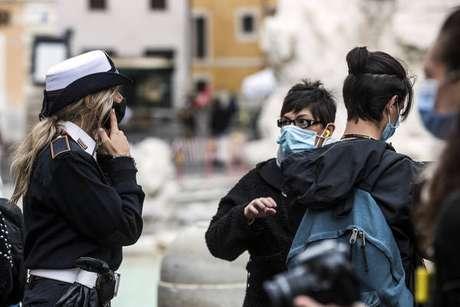 Policiais fiscalizam uso de máscaras na Fontana di Trevi, centro histórico de Roma