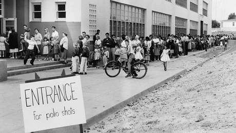 Milhares de crianças desenvolveram sintomas de poliomielite após tomarem a vacina fabricada pelos laboratórios Cutter