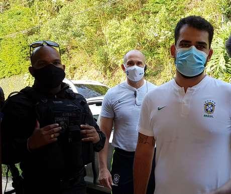 Homens da CBF e PM vão atrás de jornalistas que buscavam informações sobre o treino da Seleção