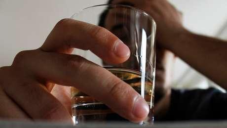 """""""O isolamento social e a falta de conexão humana são grandes fatores que levam algumas pessoas a recorrer ao álcool"""""""