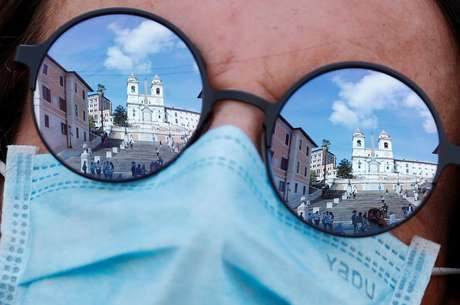 Mulher observa escadarias da Praça da Espanha, em Roma 02/10/2020 REUTERS/Guglielmo Mangiapane
