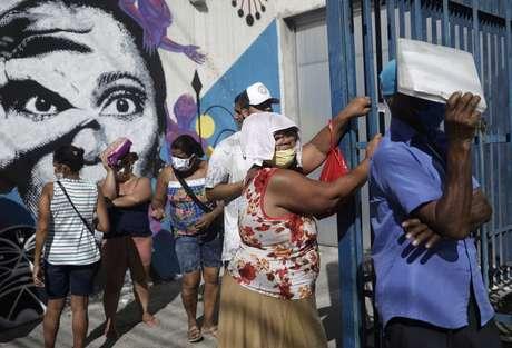 Pessoas esperam em fila do lado de fora de agência da Caixa para receber o auxílio emergencial do governo durante a pandemia 27/04/2020 REUTERS/Ricardo Moraes