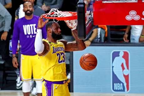LeBron James comandou mais uma vitória dos Lakers