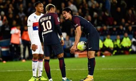 Neymar e Cavani tiveram briga por cobrança de pênalti em 2017 (Foto: AFP)