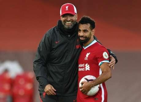 Klopp e Salah se abraçam após vitória do Liverpool