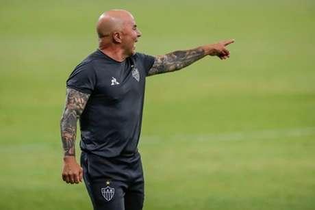 Sampaoli ficou tão tenso no jogo que quase brigou com um membro da comissão do Fortaleza-(Agência Galo/Bruno Cantini/Pedro Souza)