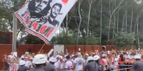 Protesto de torcida organizada do São Paulo foi acompanhado por policiais e não registrou atos de violência