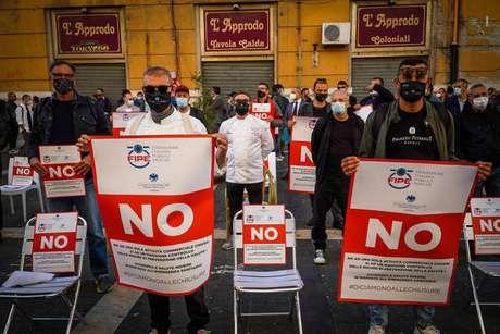 Protesto em Nápoles, capital da Campânia, contra possível restrição ao funcionamento de lojas