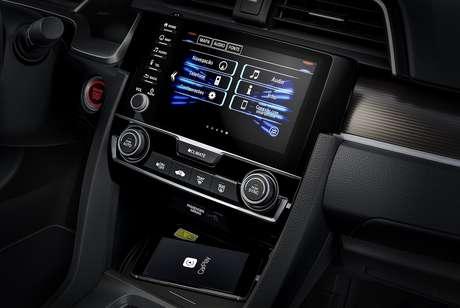 Nova central multimídia do Civic Touring: agora com botão físico, que ajuda muito.