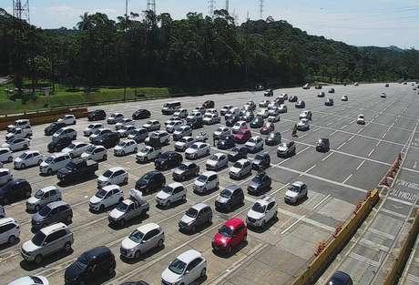 Trânsito carregado na rodovia dos Imigrantes, sentido litoral, na altura do pedágio, no início deste sábado, 10