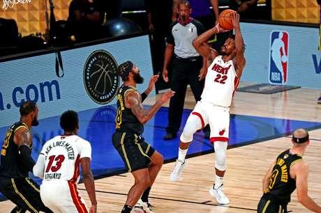 Jimmy Butler (com a bola) tem ajudado na reabilitação do Miami Heat; temporada da NBA tem sido muito equilibrada