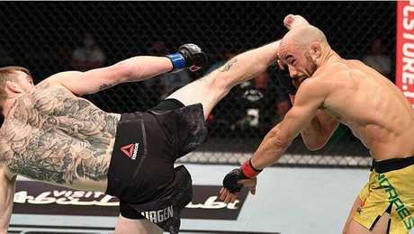 Marlon Moraes é nocauteado por Sandhagen com chute na cabeça no UFC em Abu Dabi.