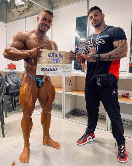 Brandão e seu treinador, Vitor Capial, após a premiação (Foto: Divulgação)