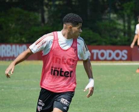 Gabriel Sara volta a ficar à disposição após cumprir suspensão no Brasileirão (Reprodução/Twitter @SaoPauloFC)