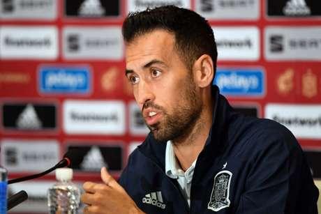 Sergio Busquets em entrevista coletiva nesta segunda-feira (Foto: SERGEI SUPINSKY / AFP)