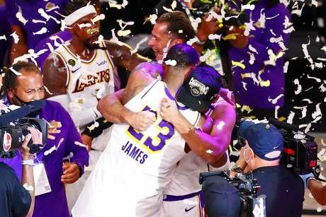Los Angeles Lakers, campeão da última temporada, está em situação difícil na atual edição da NBA