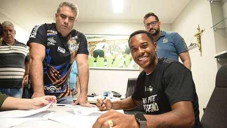 Robinho assinou contrato com o Santos até o final do Brasileirão.