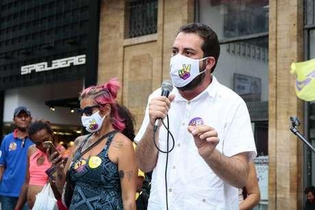O candidato Guilherme Boulos respondeu a perguntas de populares no centro de São Paulo.
