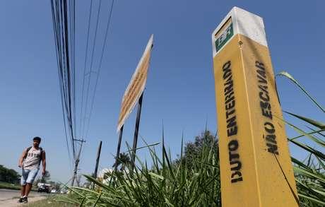 """Dutos de combustíveis da Petrobras na região de Duque de Caxias (RJ). """"Duto enterrado, não escavar"""", avisa a placa. 17 de setembro de 2019. . REUTERS/Sergio Moraes"""