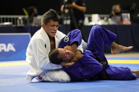 Lucas Pinheiro derrotou três oponentes para faturar o ouro inédito (Foto: divulgação Atos Jiu-Jitsu)