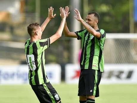 Os gols do time mineiro foram marcados ainda no primeiro tempo por Gustavinho e Goldeson-(Mourão Panda/América-MG)