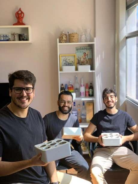 Pensando nas barreiras que impedem as pessoas de cultivar hortas domésticas, os empreendedores Bruno Arouca (à dir.), Juan Correa (ao meio) e Rodrigo Farina (à esq.) criaram, neste ano, a startup Brota