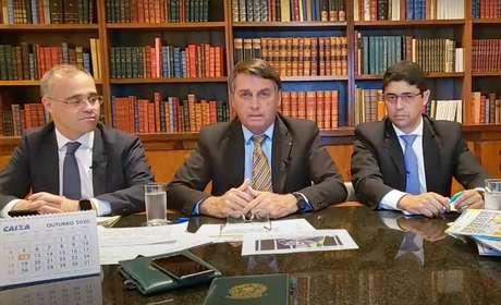 Presidente Jair Bolsonaro em transmissão ao vivo ao lado dos ministros André Mendonça e Wagner Rosário