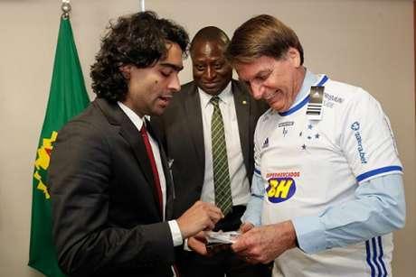Bolsonaro, com a camisa do Cruzeiro, vetou artigos da lei que poderia ajudar o Cruzeiro a voltar ao Profut-(Divulgação;Presidência da República