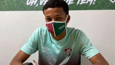Erick assinou o primeiro contrato profissional com o Fluminense (Foto: Reprodução/Instagram)