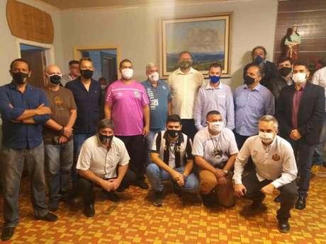 Reunião contou conselheiros, funcionários e membros do comitê de transição (Foto: Fábio Lázaro/Lancepress!)
