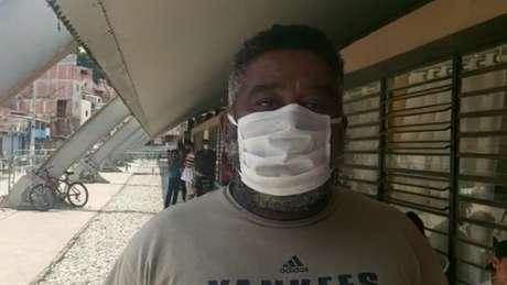 Desempregado, Enéias de Camargo Nogueira depende das marmitas entregues em Paraisópolis para se alimentar