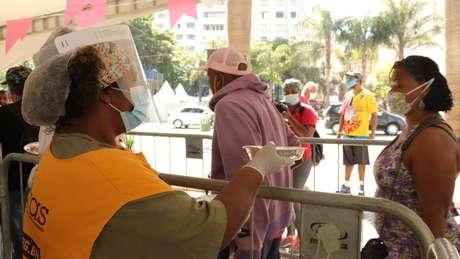 Fransciscanos distribuem 2400 refeições por dia no largo São Francisco, no centro de São Paulo