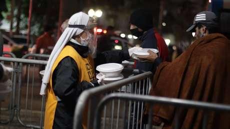 Pessoas que distribuem alimentos na capital paulista relatam mudança, após pandemia, no perfil daqueles que recebem as doações