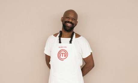 Marcos tem 35 anos é coreógrafo e adora samba, dividindo seu amor entre o carnaval e a culinária.