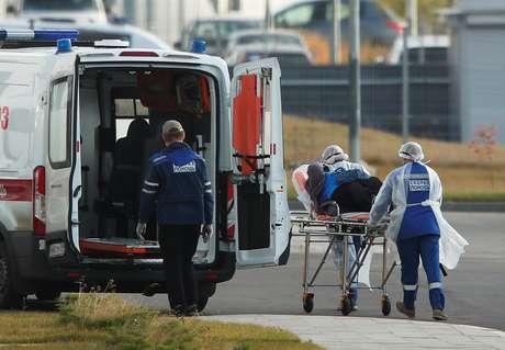 Paciente é transferido de maca para ambulância nos arredores de Moscou 15/10/2020 REUTERS/Maxim Shemetov