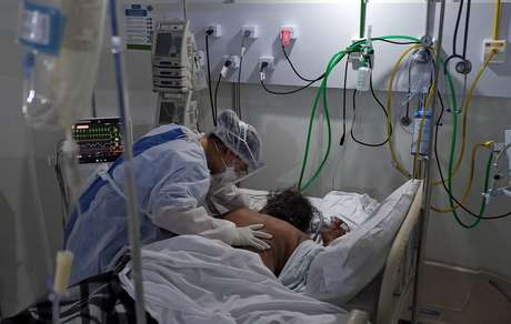 Profissional da saúde trata de paciente com Covid-19 em hospital no Rio de Janeiro (RJ)  02/07/2020 REUTERS/Ricardo Moraes