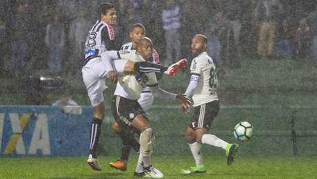 Último confronto entre Coritiba e Santos aconteceu há três anos (Foto: Guilherme Artigas Agência Lancepress!)