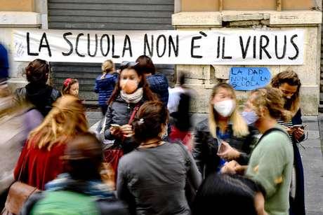 Protesto contra fechamento das escolas na Campânia, sul da Itália