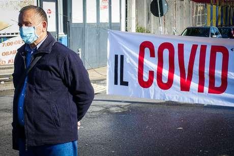 Manifestante em protesto contra medidas restritivas em Nápoles, sul da Itália