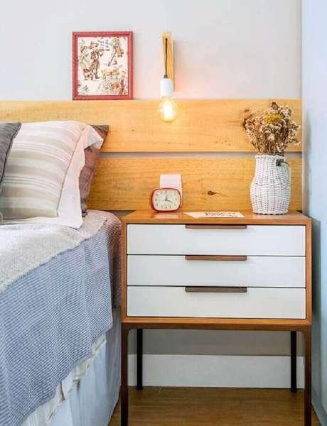 10. Escolha uma luminária de cabeceira para leitura que seja funcional e que se harmonize ao seu ambiente – Foto: Jeito de Casa
