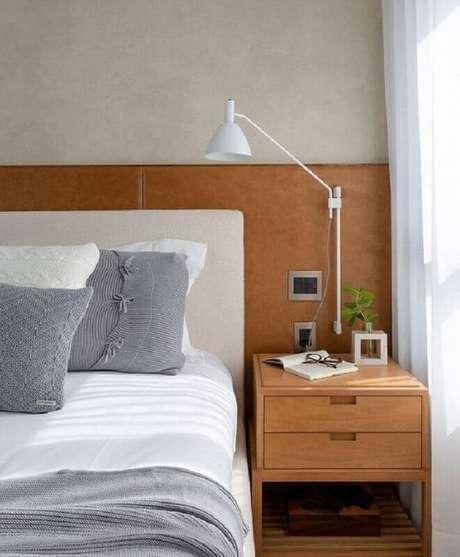 2. Cabeceira de madeira para quarto decorado com luminária de cabeceira branca – Foto: Jeito de Casa