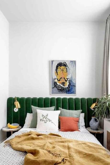 12. Quarto de casal pequeno decorado com luminária de cabeceira estofada verde – Foto: PUFIK Interiors & Inspirations