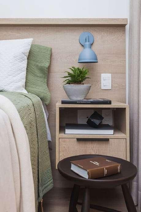 4. A luminária de cabeceira de parede é perfeita para quartos pequenos – Foto: Casa de Valentina