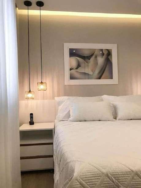 5. Decoração em cores neutras para quarto de casal com luminária pendente de cabeceira – Foto: Homify
