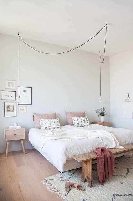 18. Decoração minimalista para quarto com luminária pendente de cabeceira e criado mudo retrô – Foto: Pinterest
