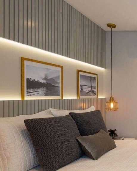 21. Quarto cinza planejado com luminária pendente de cabeceira aramada – Foto: Jeito de Casa